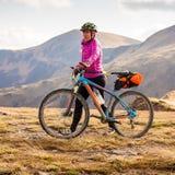 Катание велосипедиста в горах осени Стоковое фото RF