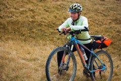Катание велосипедиста в горах осени Стоковые Фотографии RF