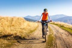 Катание велосипедиста в горах осени Стоковая Фотография