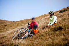 Катание велосипедиста в горах осени Стоковая Фотография RF