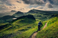 Катание велосипедиста горы через грубый ландшафт горы Quiraing, Шотландии стоковые изображения rf