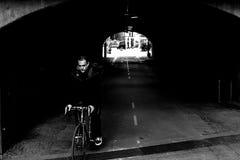 Катание велосипедиста на велосипеде самостоятельно в тоннеле города, образе жизни велосипеда Стоковые Изображения