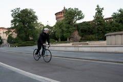 Катание велосипедиста на велосипеде самостоятельно перед Castello Sforzesco, Mil Стоковая Фотография