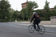 Катание велосипедиста на велосипеде самостоятельно перед Castello Sforzesco, Mil Стоковые Изображения