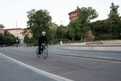 Катание велосипедиста на велосипеде самостоятельно перед Castello Sforzesco, Mil Стоковое Изображение RF