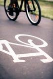 Катание велосипеда города на пути велосипеда Стоковые Фото