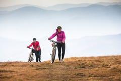 Катание велосипедиста в горах осени Стоковое Изображение RF