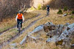 Катание велосипедиста в горах осени Стоковые Изображения