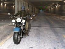 Катание велосипедиста в тоннеле Стоковые Фотографии RF