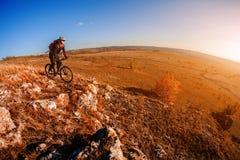 Катание велосипедиста горы на велосипеде на горах лета воодушевленность в красивом вдохновляющем ландшафте Стоковое Фото