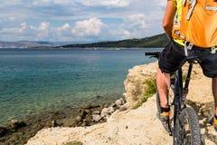 Катание велосипедиста горы на велосипеде на море и горах лета Стоковое Изображение RF