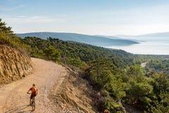 Катание велосипедиста горы на велосипеде на море Стоковое фото RF