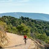 Катание велосипедиста горы на велосипеде на море Стоковые Фото