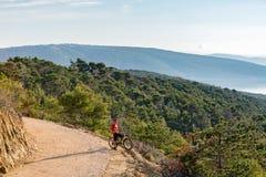 Катание велосипедиста горы на велосипеде на море Стоковое Изображение RF