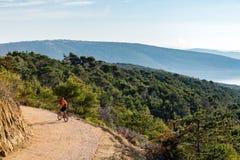 Катание велосипедиста горы на велосипеде на море Стоковые Изображения RF