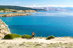 Катание велосипедиста горы на велосипеде на море Стоковые Изображения