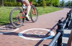 Катание велосипедиста девушки на пути велосипеда Стоковое Фото