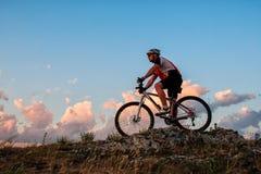 Катание велосипедиста на велосипеде в горах Стоковая Фотография RF