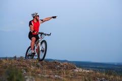 Катание велосипедиста на велосипеде в горах Стоковые Изображения