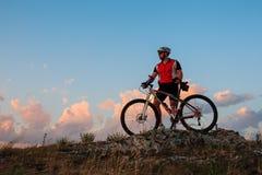 Катание велосипедиста на велосипеде в горах Стоковое Изображение