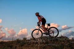 Катание велосипедиста на велосипеде в горах Стоковые Фото