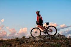 Катание велосипедиста на велосипеде в горах Стоковое Фото