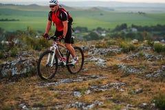 Катание велосипедиста на велосипеде в горах Стоковые Фотографии RF