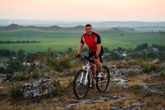 Катание велосипедиста на велосипеде в горах Стоковое Изображение RF