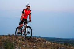 Катание велосипедиста на велосипеде в горах Стоковое фото RF