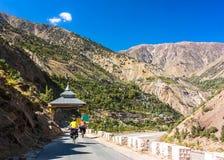Катание 2 велосипедистов на дороге гор Положение Гималаев, Джамму и Кашмир, северная Индия Стоковое Фото