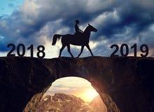 Катание всадника лошади через мост к Новому Году 2019 стоковые изображения