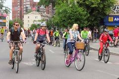 Катание группы в велосипедах города Стоковые Фото
