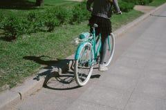 Катание девочка-подростка в улице с велосипедом Стоковые Фотографии RF