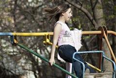 Катание девушки на качании в парке в Nizhny Novgorod в России Стоковая Фотография