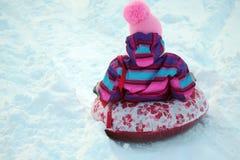 Катание девушки с скольжениями снега Стоковая Фотография