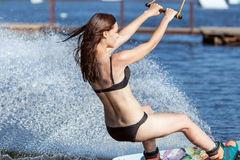 Катание женщины на wakeboarding Стоковые Фотографии RF