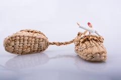 Катание завихряясь дервиша в ботинке соломы на белой предпосылке Стоковые Изображения
