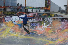 Катание и граффити доски конька Стоковые Фотографии RF