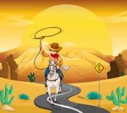 Катание ковбоя на лошади путешествуя через пустыню Стоковое Изображение RF