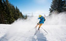 Катание лыжника в горах на солнечный зимний день Стоковые Изображения RF