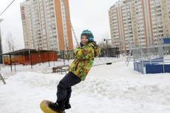 Катание мальчика на кабел-кране Стоковые Фото