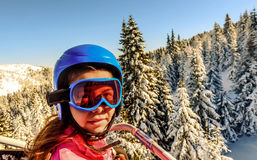Катание маленькой девочки на подъеме лыжи на Kopaonik, Сербию Стоковые Фото