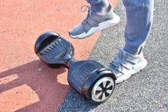 Катание молодого человека на Hoverboard в парке стоковое изображение rf