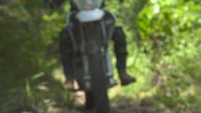 Катание мотоциклиста на мотоцикле в конце леса лета вверх по колесу велосипеда мотора на пути леса Велосипедист Moto управляя дал видеоматериал