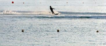 катание на водных лыжах захода солнца Стоковая Фотография