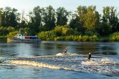 Катание на водных лыжах на реке стоковое фото rf