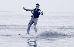 Катание на водных лыжах спортсмена стоковая фотография rf