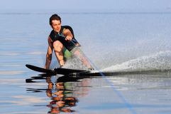 Катание на водных лыжах спортсмена Стоковое Фото