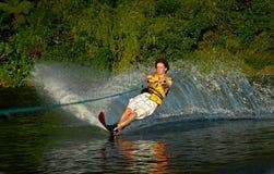 Катание на водных лыжах человека на озере Стоковые Изображения