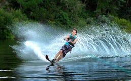 Катание на водных лыжах человека на озере Стоковая Фотография